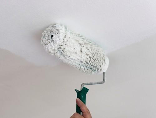 Как быстро смыть побелку с потолка — 4 лучших способа