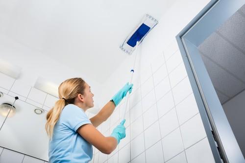 Как мыть натяжные потолки?