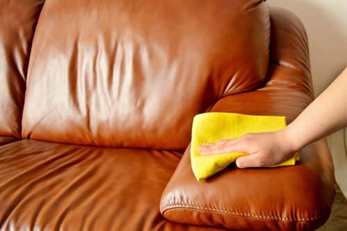 Чистка кожаной мебели в домашних условиях народными и специальными средствами
