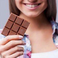 Сластенам на заметку: как удалить пятна шоколада с одежды?