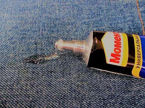 Какие есть способы и средства, чтобы быстро удалить пятна от клея с одежды?