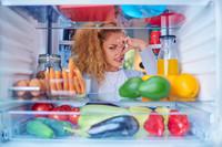 Как избавиться от неприятного запаха в холодильнике — причины и устранение