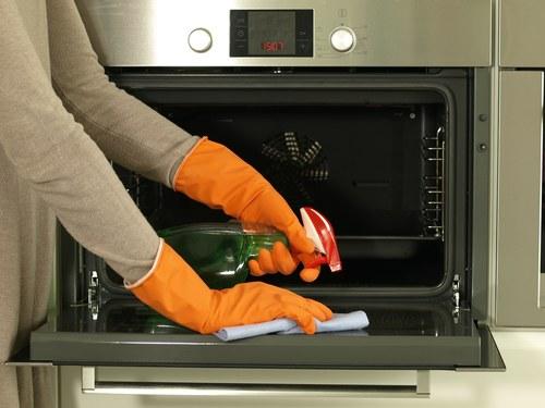 Как отмыть стекло в духовке в домашних условиях?