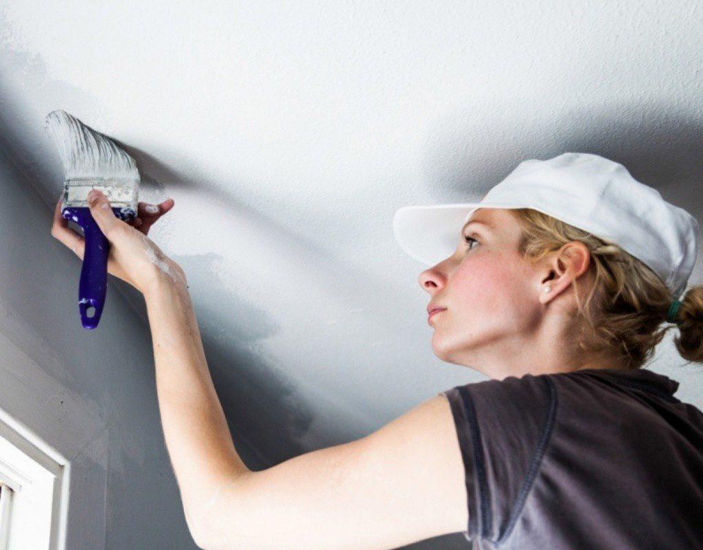 Очистить потолок от побелки