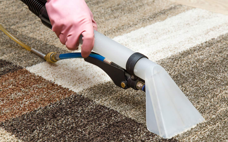 Как почистить грязный ковер дома
