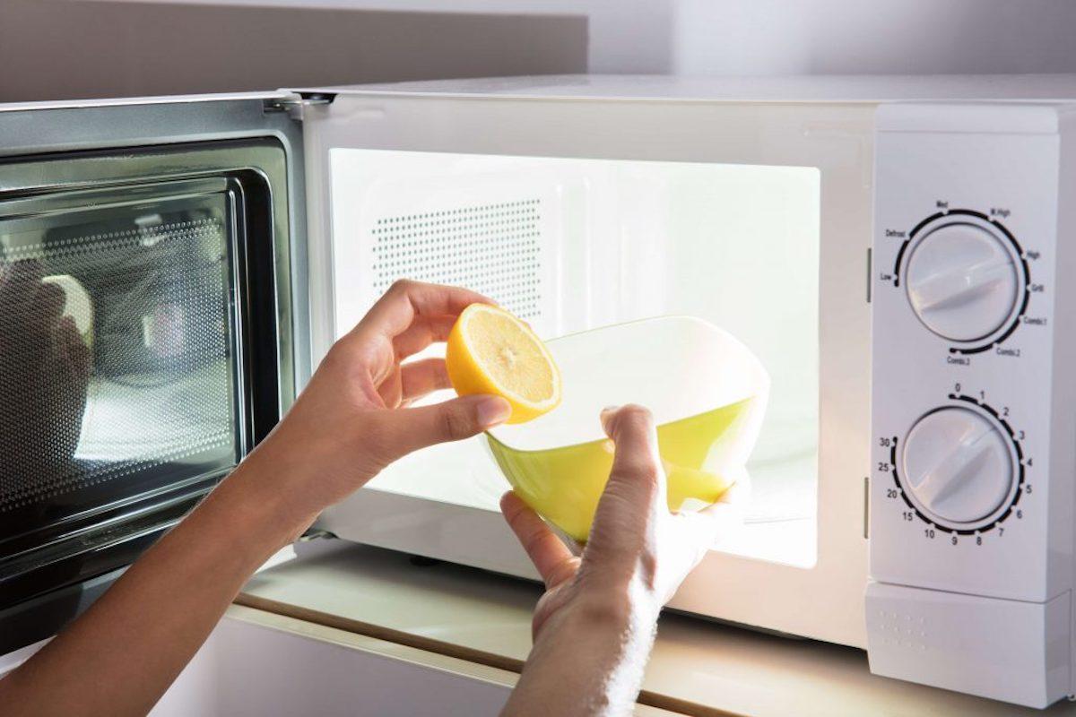 Отмыть микроволновку внутри можно быстро с лимонной кислотой