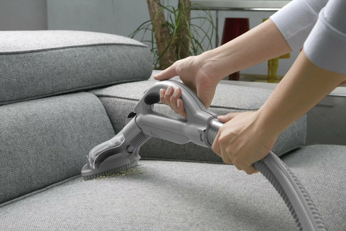 Проводить чистку мягкой мебели на дому