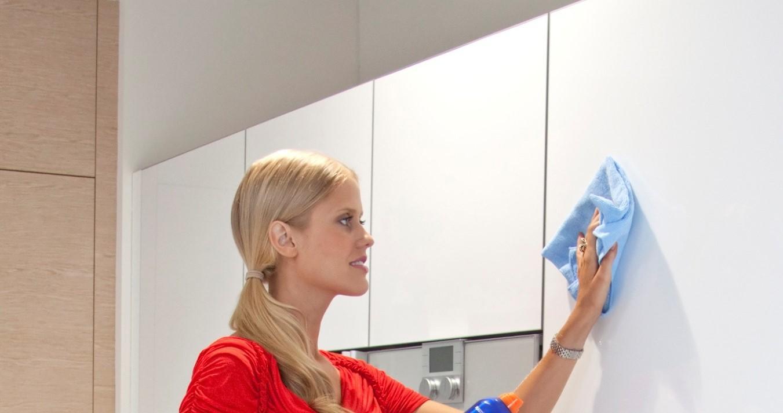 Помыть глянцевые фасады кухни