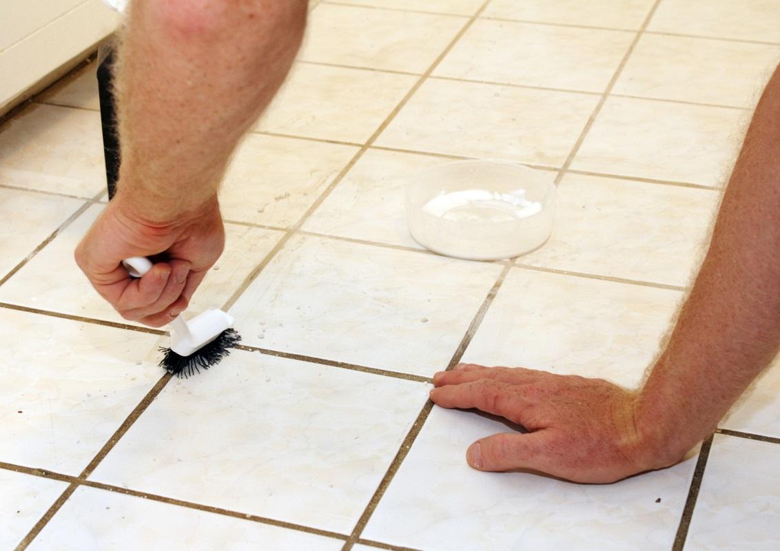 Вначале чистки швов на плитке на полу