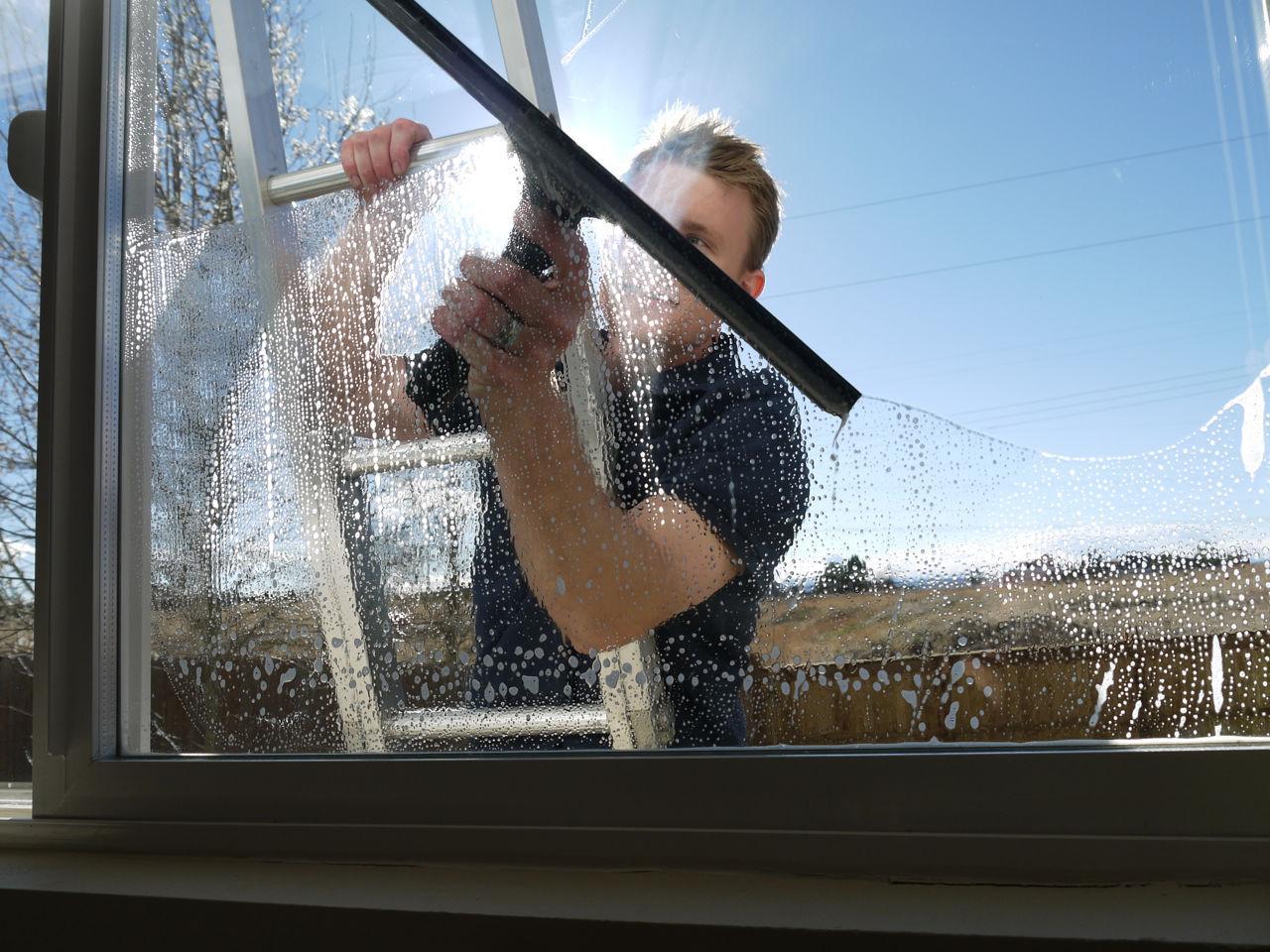 Как помыть окна снаружи на высоком этаже