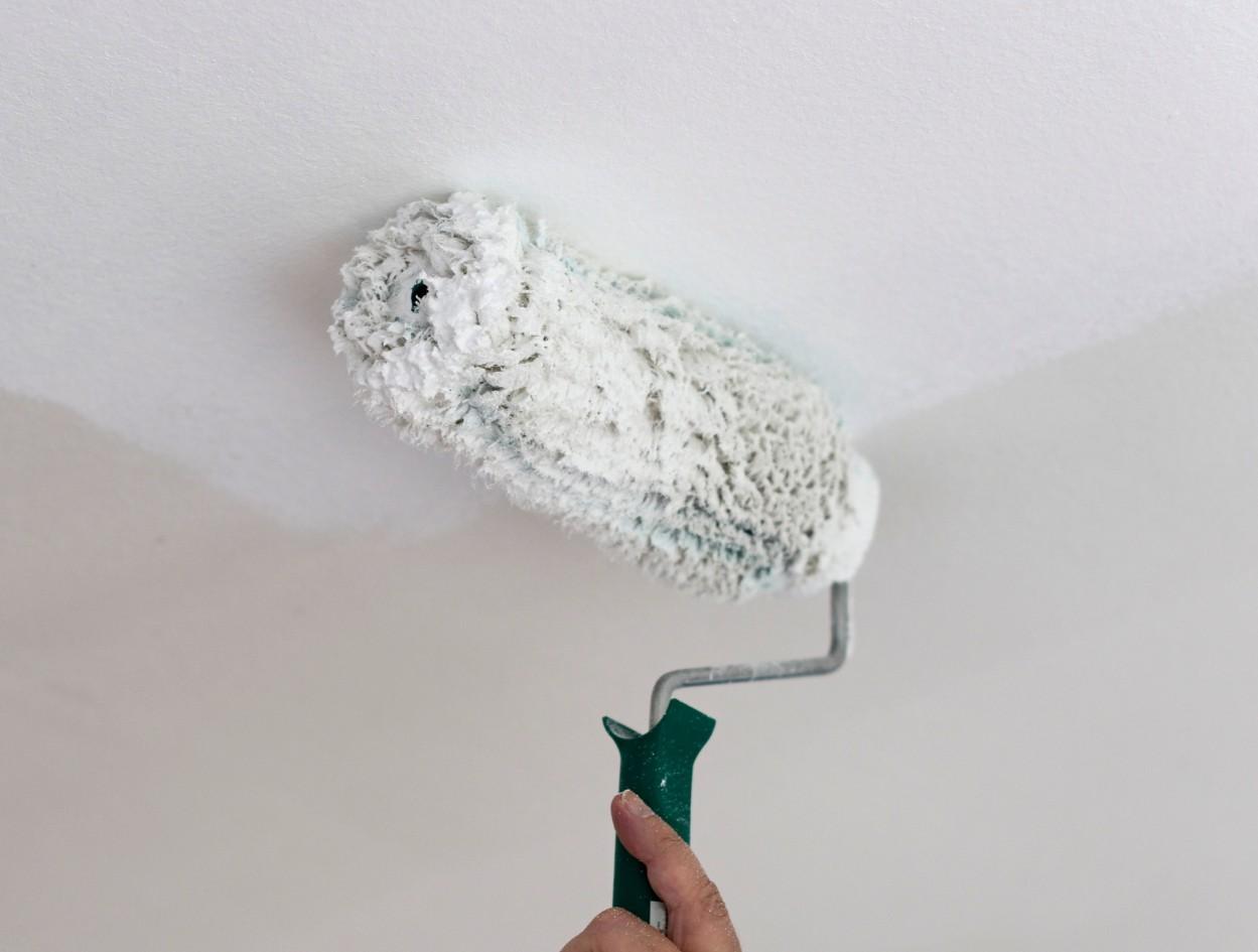 Как быстро очистить потолок от побелки