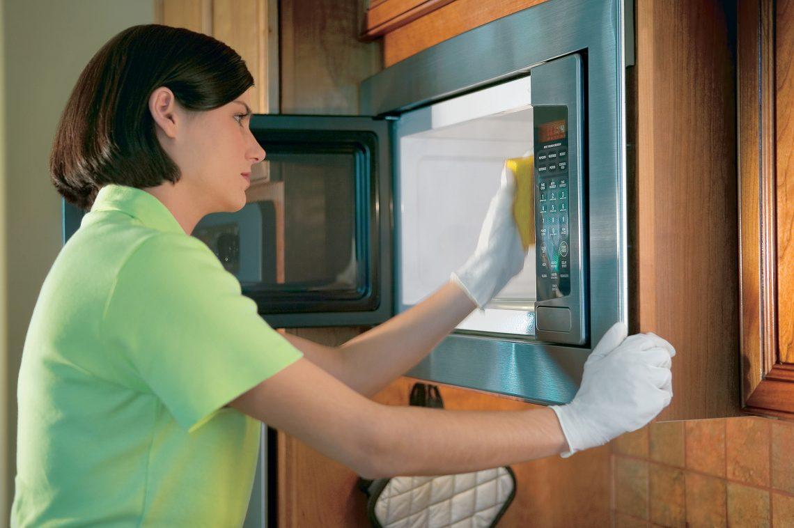 Чем помыть микроволновку внутри