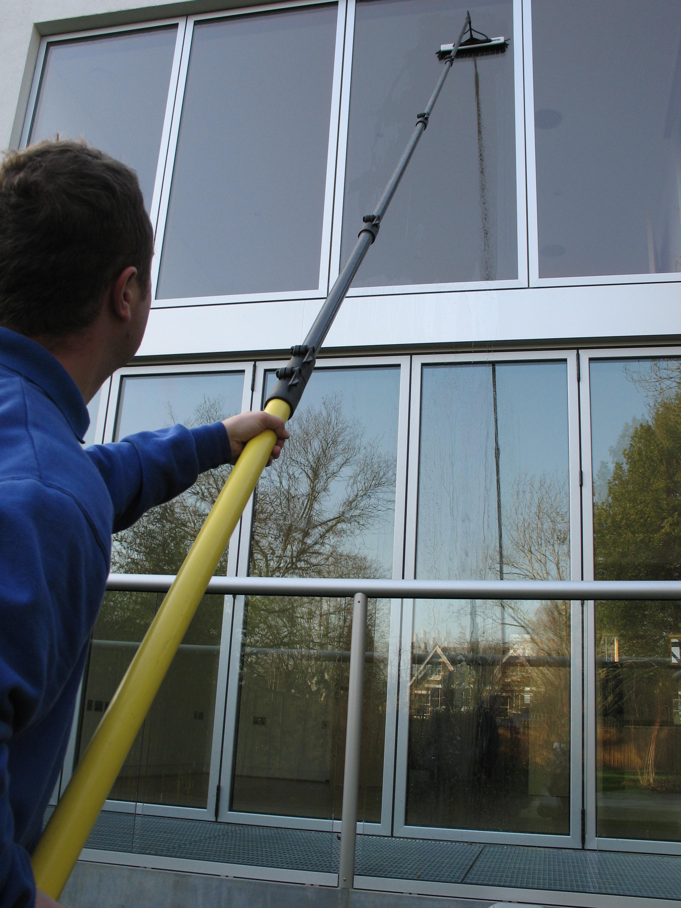Мыть высокие окна снаружи