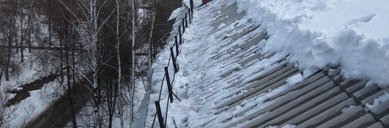 Убирать снег с крыши дома