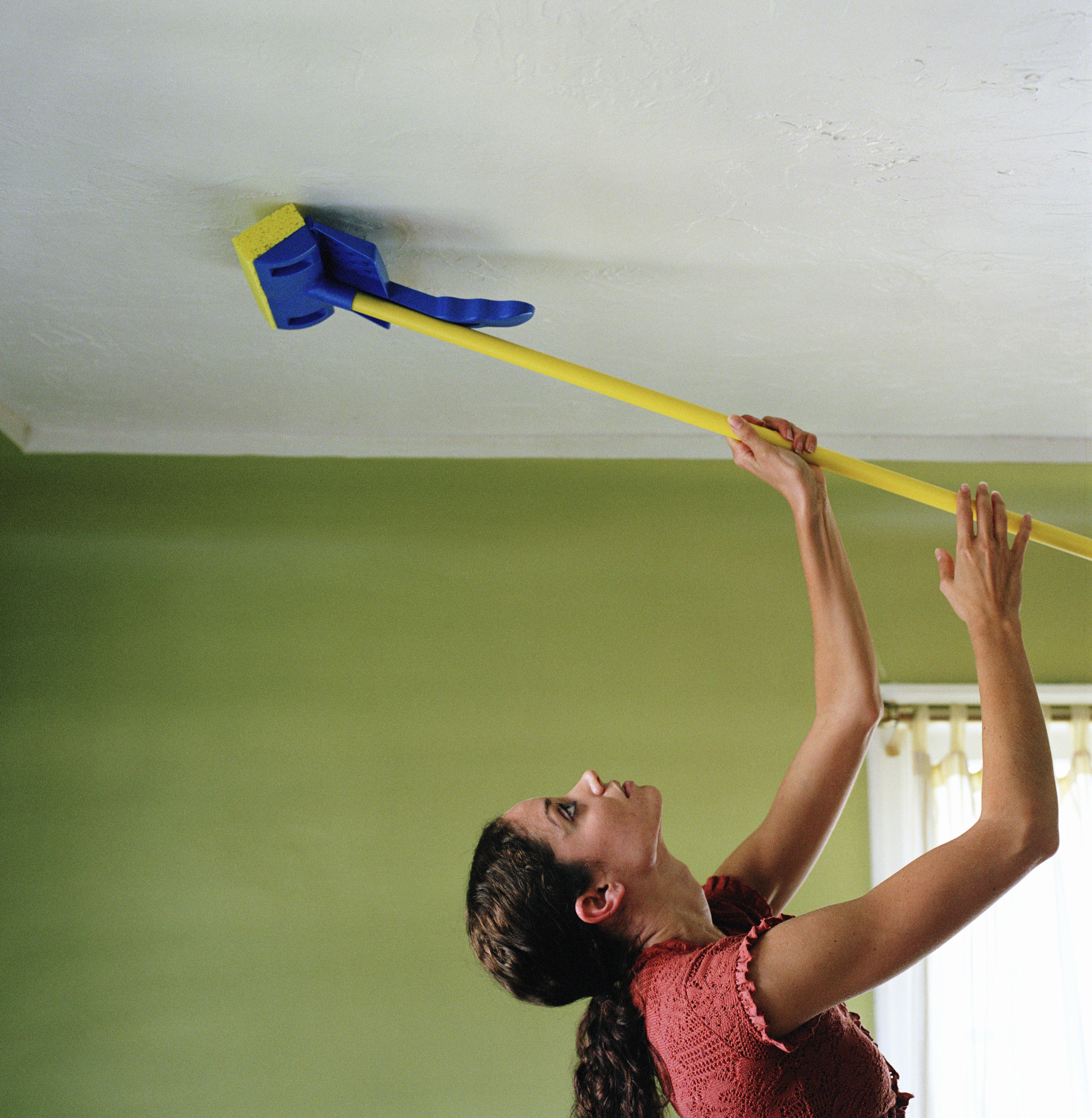 Как помыть глянцевый потолок