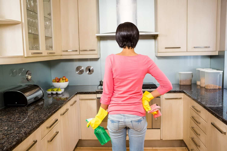 При уборке на кухне