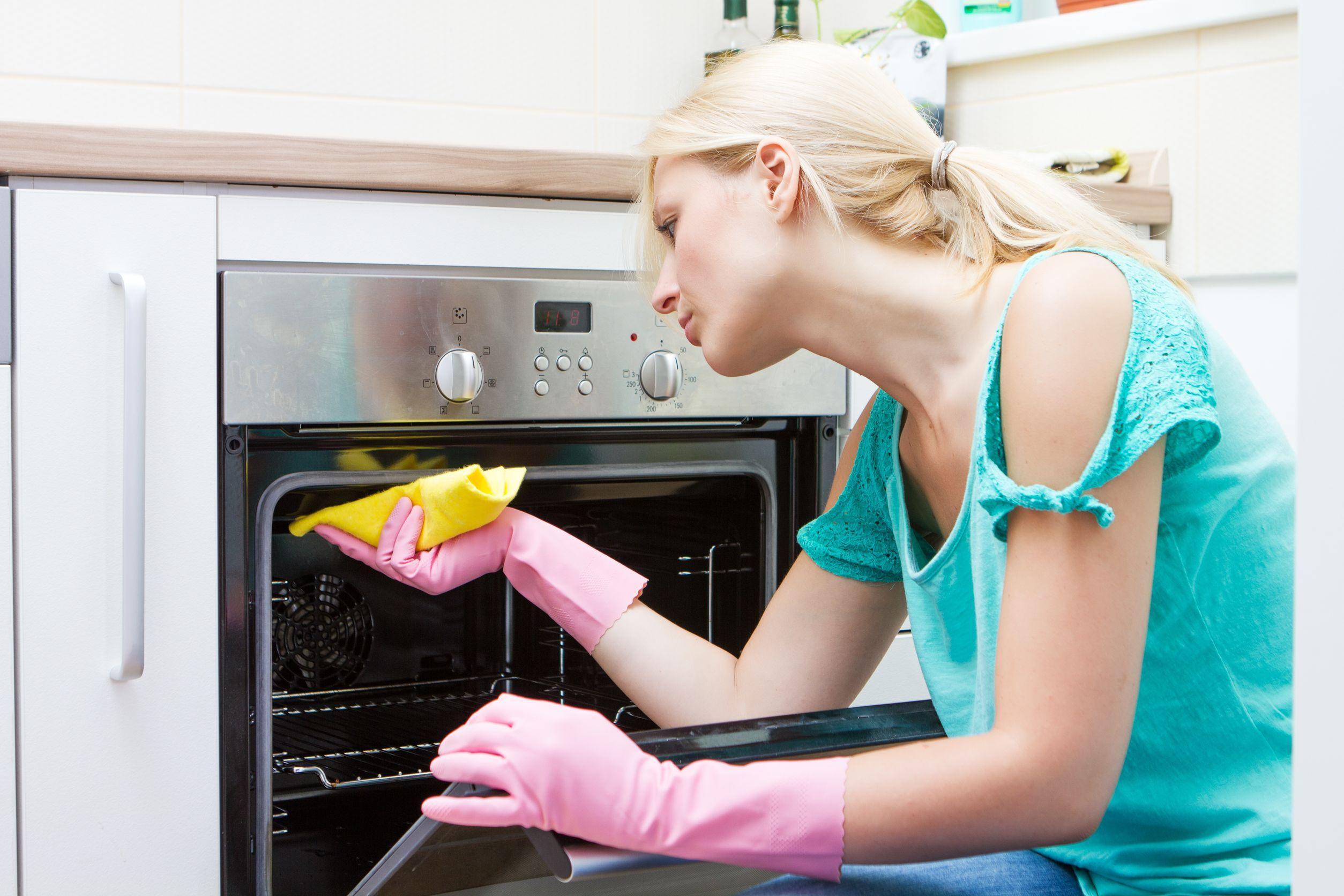 Чем очистить жир на кухне