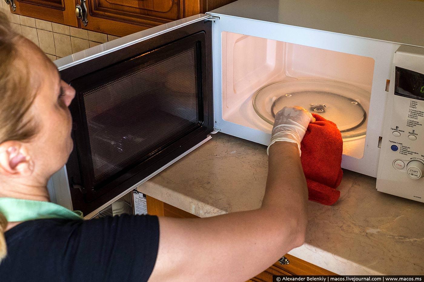 Как почистить микроволновку изнутри
